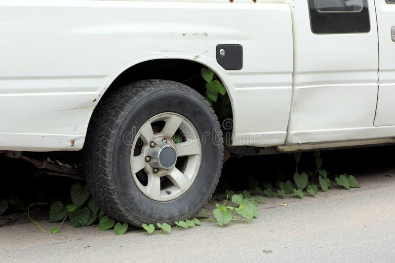 Download Stary Samochód Parkować Długi Czas świrzepy Na Kole Zdjęcie Stock - Obraz złożonej z natura, antyk: 41950936