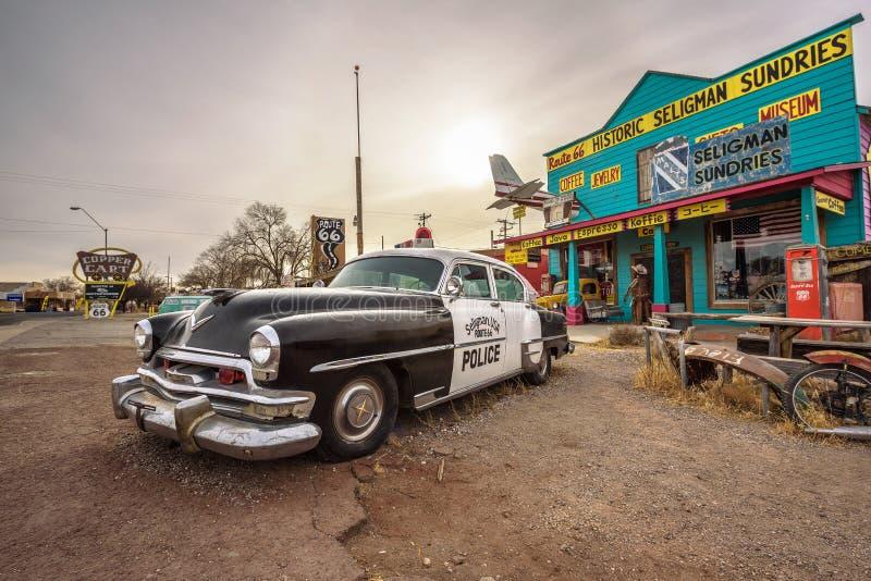 Stary samochód policyjny przy pamiątkarskim sklepem na trasie 66 w Arizona fotografia royalty free