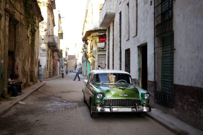 Stary samochód w w centrum backstreet Hawańskim obrazy royalty free