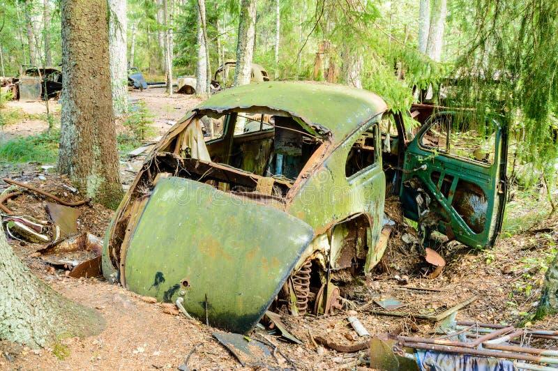 Download Stary samochodowy cmentarz zdjęcie stock. Obraz złożonej z niedbałość - 33255320