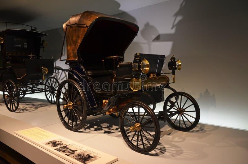Stary samochodu eksponat w Mercedes-Benz muzeum w Stuttgart fotografia stock