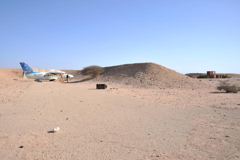 Stary samolot L-410 w lotniskowym Berbera obrazy royalty free