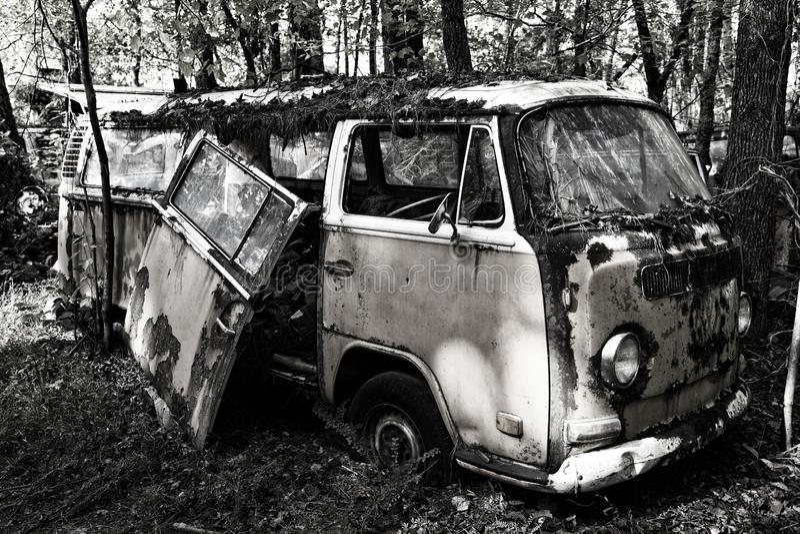 Stary Scrap Van w lesie obraz royalty free