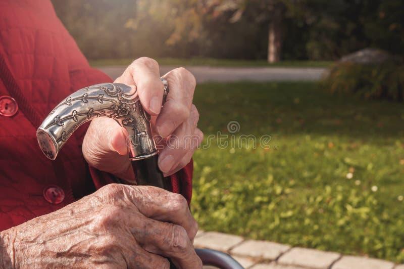 Stary senior wręcza trzymać chodzącego kij obrazy royalty free