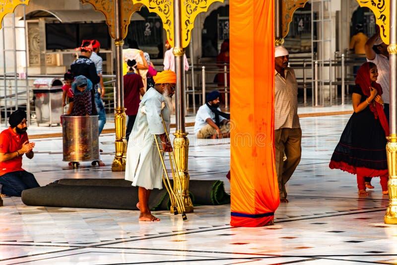 Stary sikhijczyk przy Gurudwara Bangla sahiba sikhijską świątynią, najwięcej popularnego punktu zwrotnego w Delhi obrazy royalty free