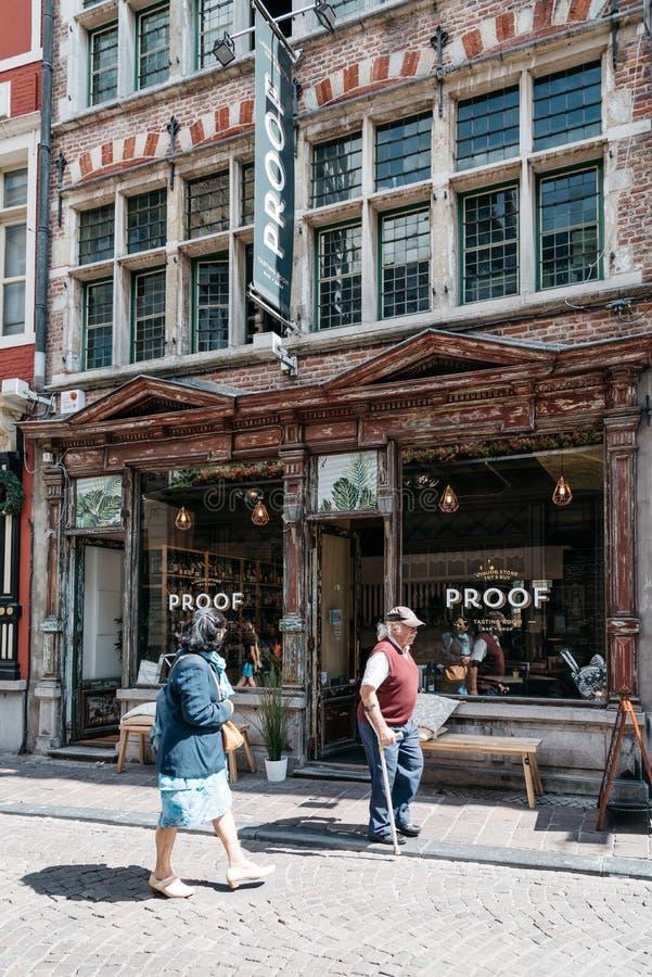 Stary sklep z ludźmi chodzi obok w ulicie w dziejowym mieście c zdjęcie stock