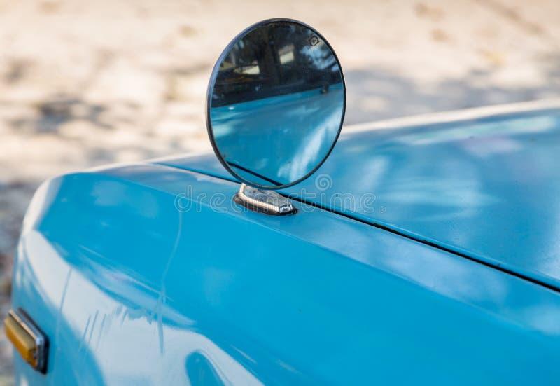 Stary skrzydłowy morror na starym błękitnym samochodzie fotografia royalty free