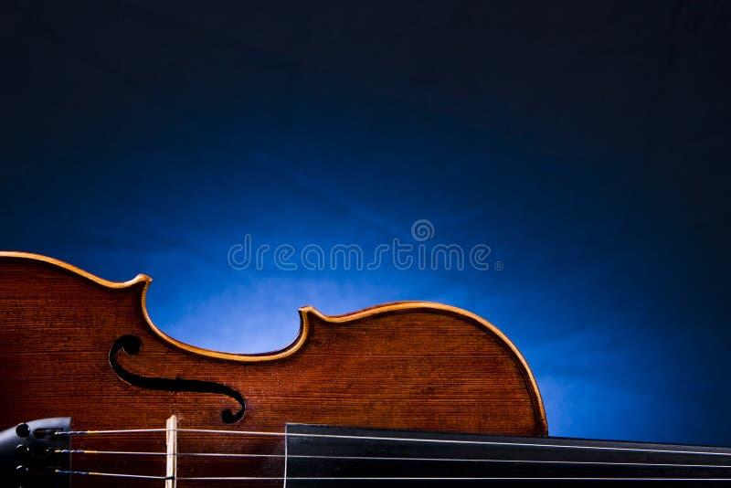 Stary skrzypki Przeciw Błękitnemu tłu zdjęcie royalty free