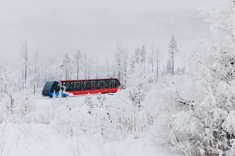 Stary Smokovac,斯洛伐克,第12 2018年2月:从Stary Smokovec的缆索铁路的电车对Hrebienok 免版税库存照片