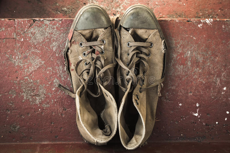 Stary sneakers stojak na czerwonych schodkach, odgórny widok obraz stock