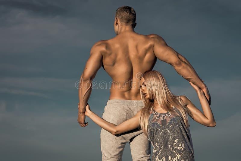 stary sportowego Dziewczyny i atlety mężczyzna z dysponowanymi półpostać plecy chwyta rękami fotografia royalty free