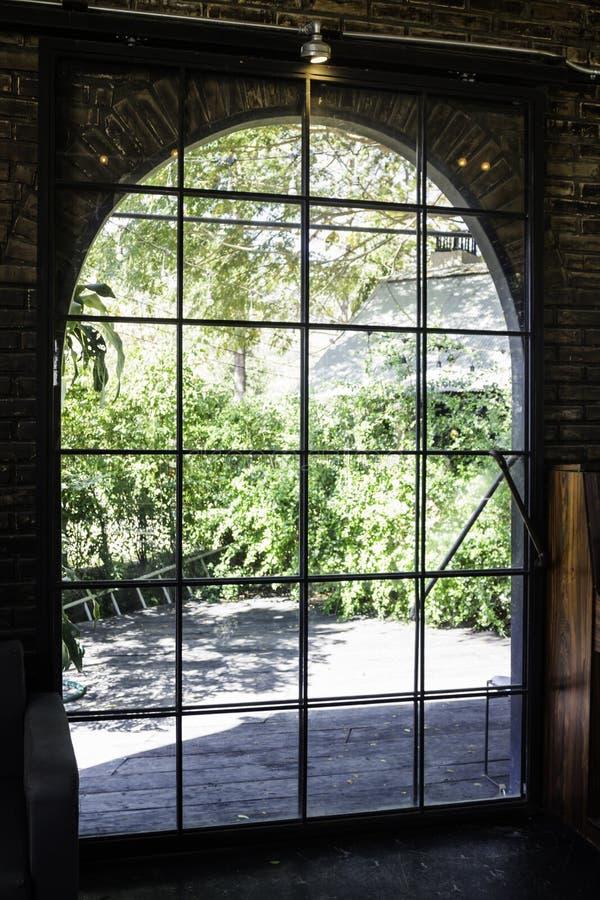Stary stalowy drzwi ogrodowy outside zdjęcie royalty free