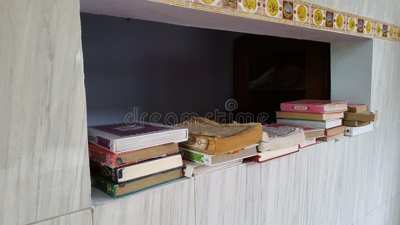 Stary stos koran w meczecie fotografia stock