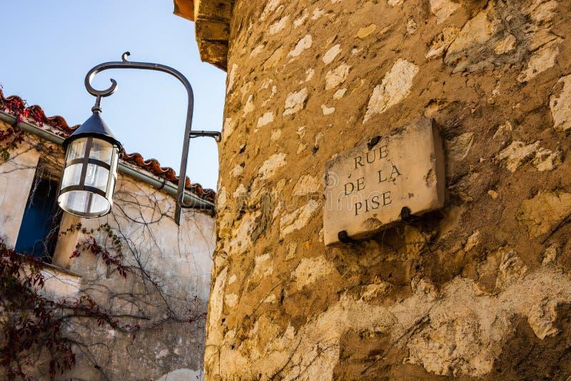 Stary streetlight w średniowiecznej wiosce Eze, Francja zdjęcia royalty free