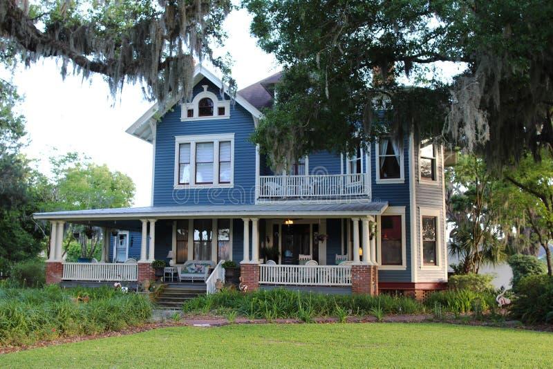 Stary stylu dom z gankiem frontowym zdjęcia royalty free