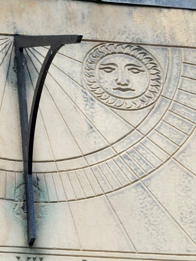 Stary sundial w zakończeniu up z rzymskimi liczebnikami fotografia stock