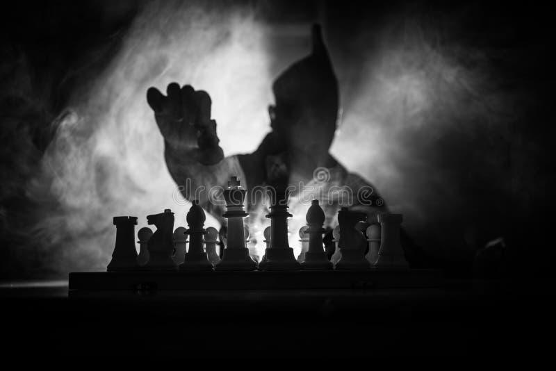 stary szachowy grać Straszna zamazana sylwetka osoba przy chessboard z szachowymi postaciami Zmroku stonowany mgłowy tło fotografia stock
