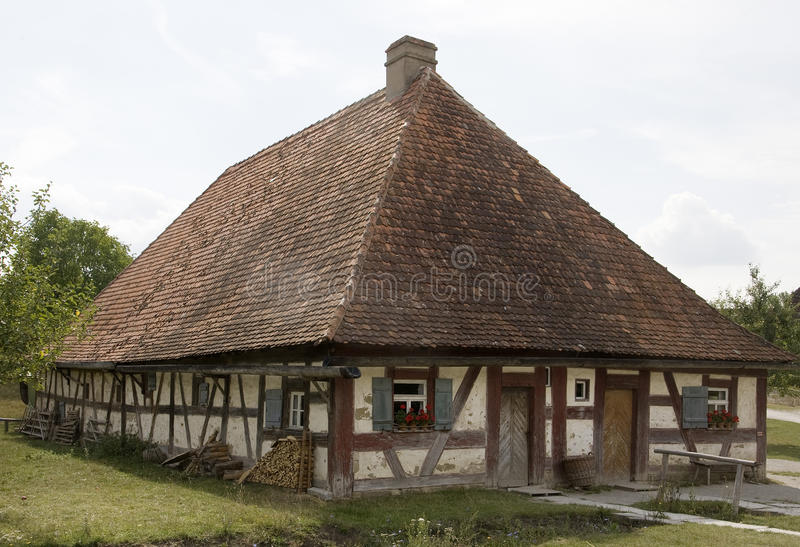 Stary szalunek obramiający dom zdjęcie stock