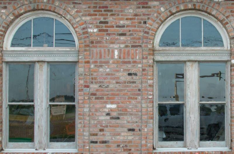 Stary szklanych okno ściana z cegieł zdjęcia royalty free