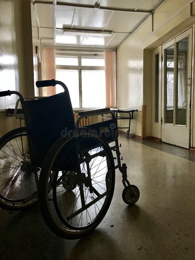 Stary szpital od inside Niepełnosprawny wózek inwalidzki dla transportu chodzący pacjenci obraz stock
