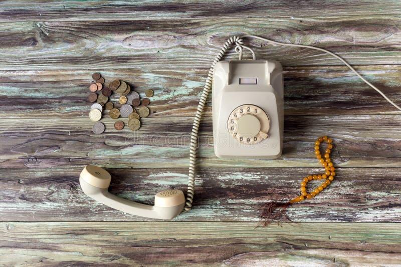 Stary telefon na drewnianym stole obraz royalty free