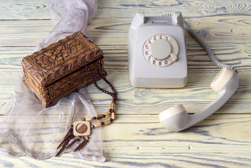 Stary telefon na drewnianym stole zdjęcia stock