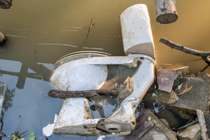 Stary toaletowy puchar jest w wodzie zdjęcie stock