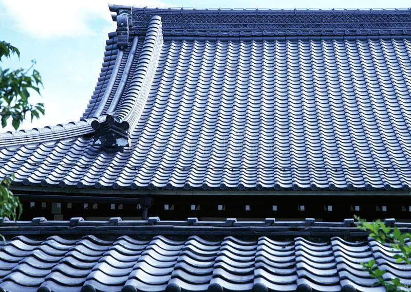 Stary tradycyjny błękit płytki dekarstwo Japan architektury tło obraz stock