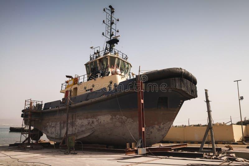 Stary tugboat dla naprawy przy dokiem fotografia royalty free