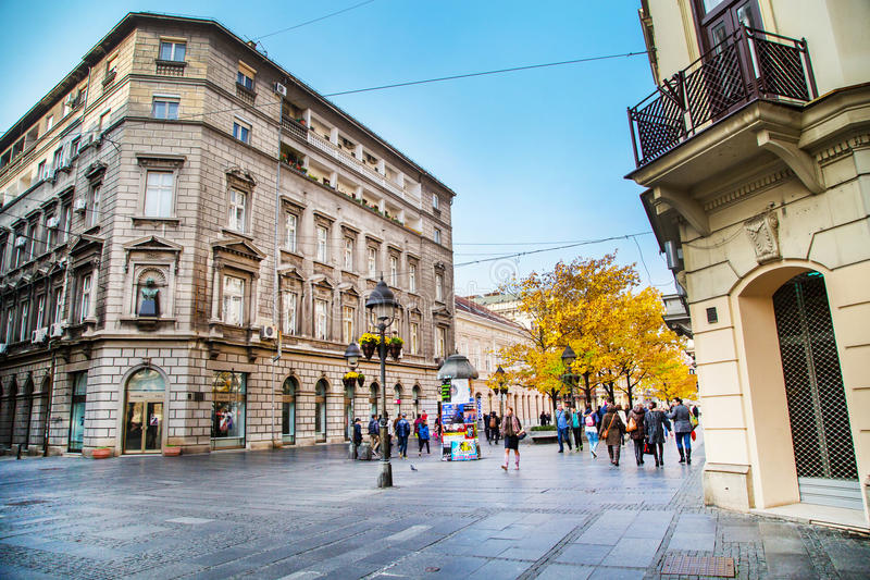 Stary uliczny Skadarlija w Belgrade, Serbia, ludzie, żółci jesieni drzewa fotografia royalty free