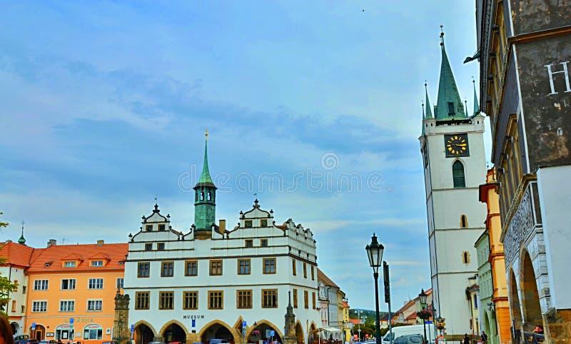Stary urząd miasta i kościół Wszystkie Saints w Litomerice zdjęcie royalty free