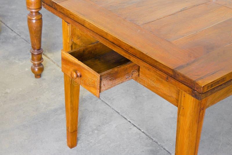 Stary włoski drewniany stołowy właśnie wznawiający z otwartym kreślarzem zdjęcia stock