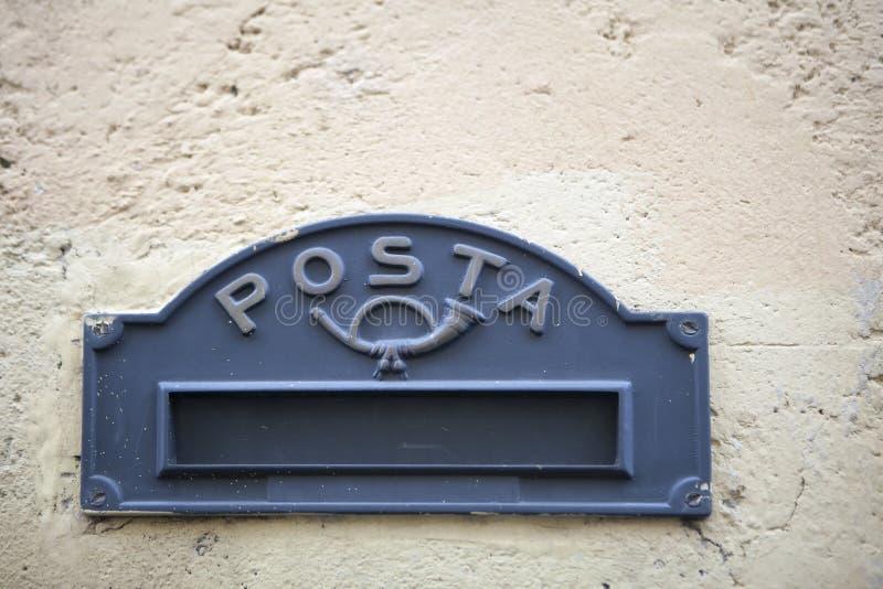 Stary Włoski mailslot z tradycyjnym symbolem trumpett Posta i wiadomość - poczta obraz royalty free