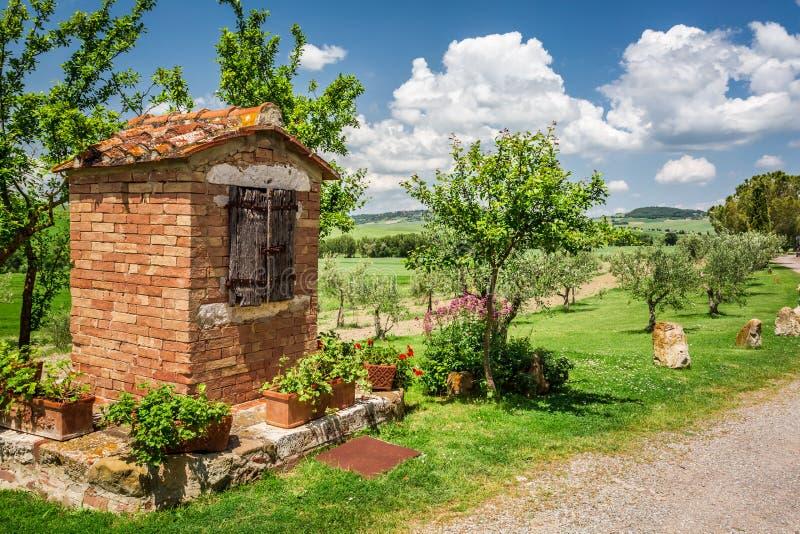 Stary w wiosce w Tuscany dobrze zdjęcie stock