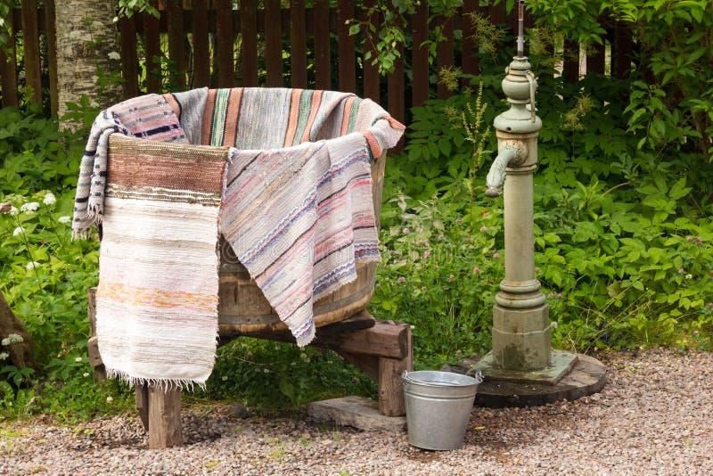 Stary washtub wiadro i pompa wodna. Szwecja fotografia royalty free