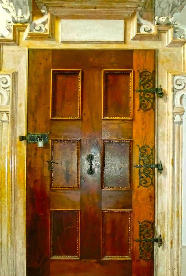 Stary wejściowy drzwi w Salzburg, Austria zdjęcia stock
