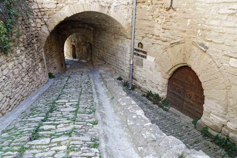 Stary wejściowy przejście w Gordes zdjęcia royalty free