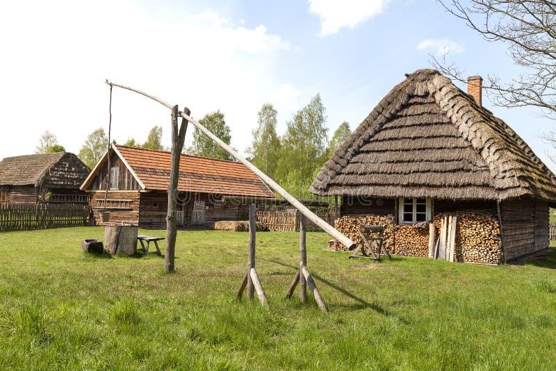 Stary well żuraw w na otwartym powietrzu muzeum, Etnograficzny park, Kolbuszowa fotografia stock