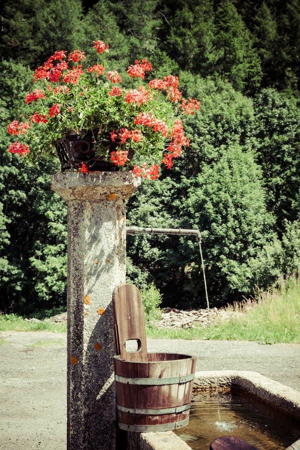 Stary well i drewniany wiadro obrazy stock