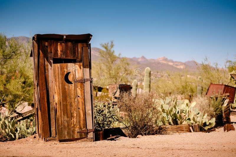 Stary western Suchy Toilette w Goldfield kopalni złotej miasto widmo w Youngsberg, Arizona, usa fotografia royalty free