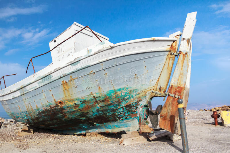 Stary weteran rujnował łódź rybacką w plażowym brzeg na grka Kosa wyspy Mastihari zatoce obrazy stock