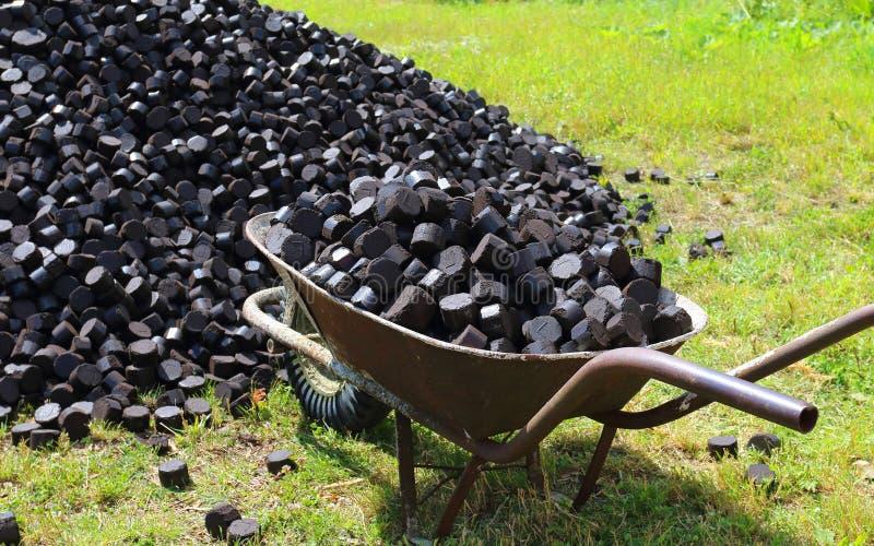 Stary wheelbarrow używać dowiezienie węgiel obraz stock