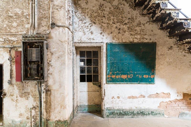 Stary więźniarski miejsce z cleaning narzędziami fotografia royalty free