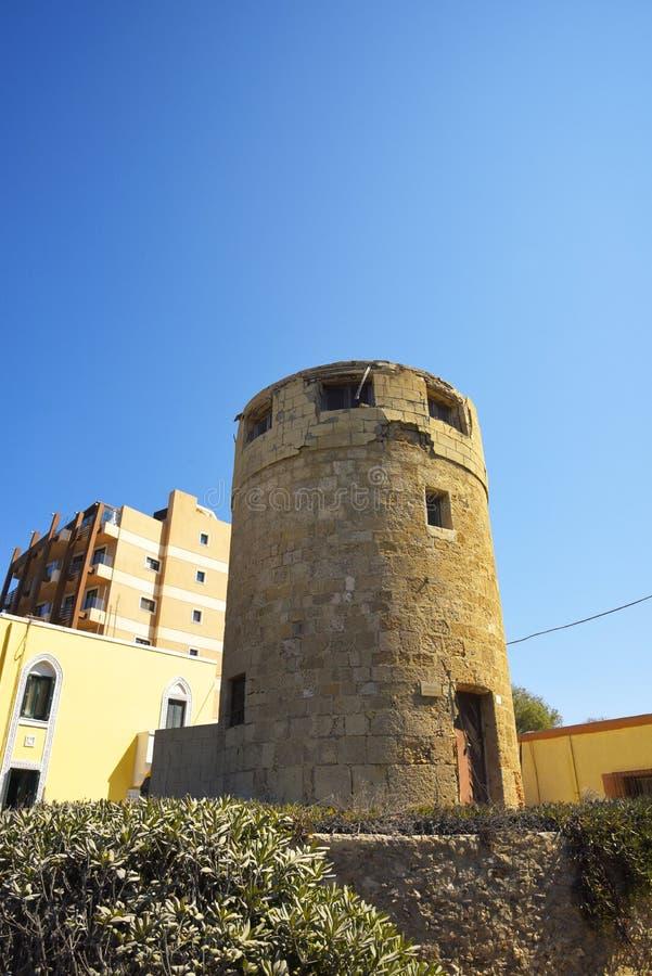 Stary wiatraczek na Ellie plaży która jest pobliskim plażą Rhodes miasteczko i jest popularna z podobnie miejscowymi i turystami zdjęcia royalty free