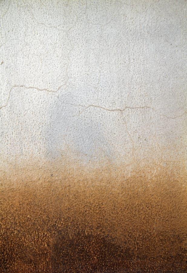 Stary wieśniak pękająca betonowa ściana jako abstrakcjonistyczny tło - gradientowy pomarańczowy skutek obrazy stock