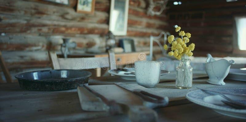 Stary wieśniaka stół z naczyniami i naczyniami fotografia royalty free