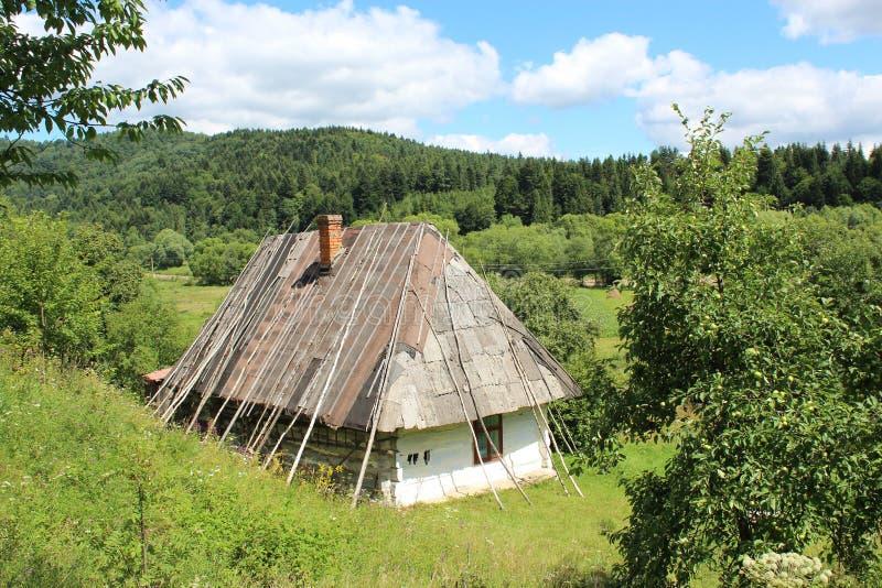 Stary wiejski dom w Karpackich górach zdjęcie stock