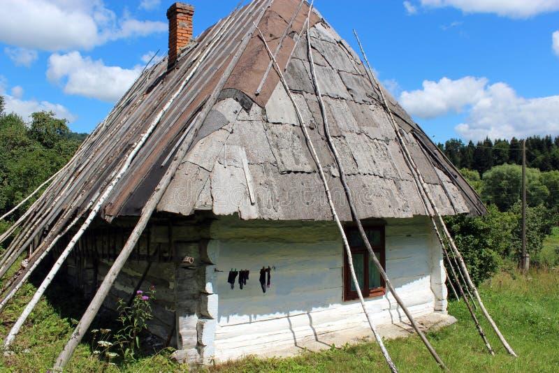 Stary wiejski dom w Karpackim regionie obraz stock