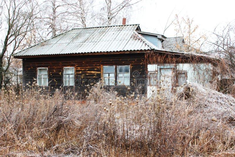 Stary wiejski dom zakrywający sadzią fotografia stock