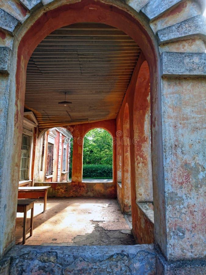 Stary wierza czerwona cegła w parku przeciw niebieskiemu niebu zdjęcie stock
